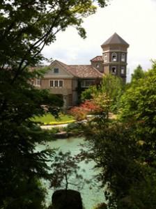自然な水色が美しい池越しの工場棟。